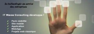 main appuyant sur vaste ecran tactile